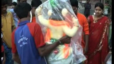 19 sep, 2012 - Devotees in Mumbai bring home idols of elephant headed God on occasion