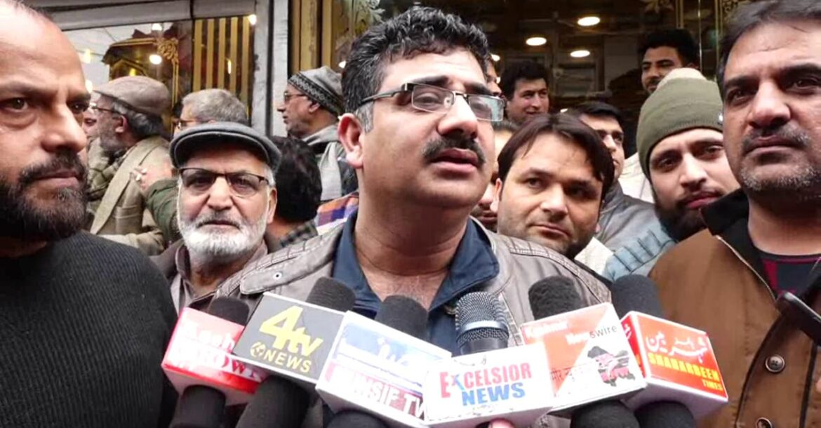 GIVE PROTECTION TO KASHMIRIS   Hindu Gold Shopkeepers Protests in Favour of Kashmiri Students